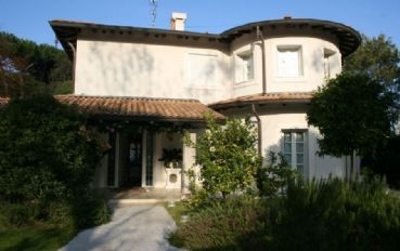 Magnificent villa of 350 sqm with swimming pool in Forte dei Marmi