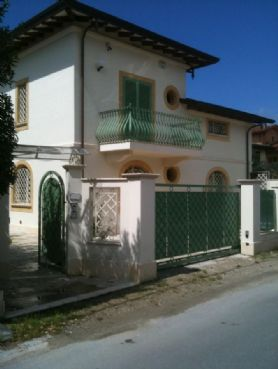 Beautiful villa for rent in Forte dei Marmi with small garden