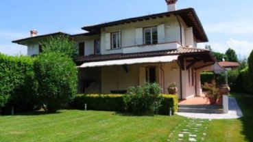 Very cozy villa for rent in Forte dei Marmi with a large well-kept garden