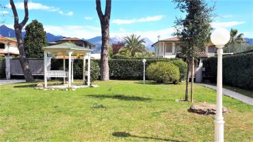 Detached villa for rent in Forte dei Marmi with garden