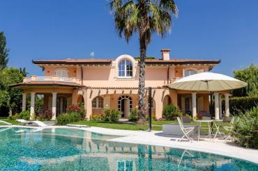 Newly built villa in Forte dei Marmi with swimming pool and garden