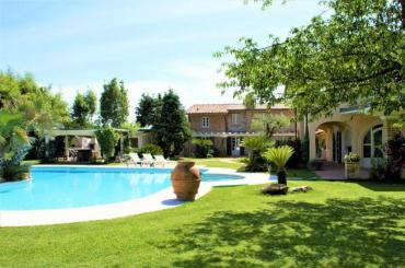 Beautiful villa for rent in Forte dei Marmi with guest house