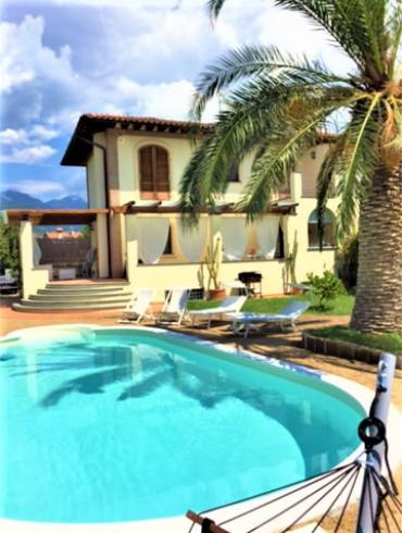 Villa for rent in Forte dei Marmi with swimming pool and garden