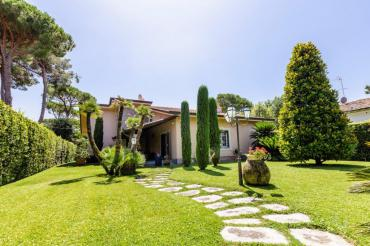Villa for rent in Forte dei Marmi in Tuscan style