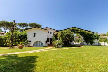 Villa on two floors with pool and garden for rent in Forte dei Marmi