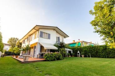 Beautiful villa for rent in Forte dei Marmi with garden and jacuzzi