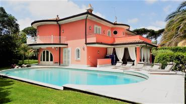 Wonderful luxury villa for rent in Forte dei Marmi with large pool