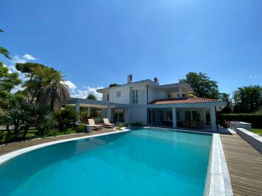 Luxury detached villa for rent in Forte dei Marmi with large heated pool
