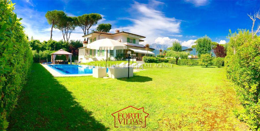 Villa for rent in Roma Imperiale area Forte dei Marmi with pool and garden