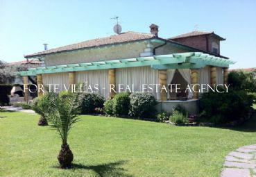 Wonderful villa with large pool and large garden 5 km from Forte dei Marmi
