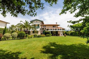 Beautiful villa for rent in Forte dei Marmi with magnificent garden