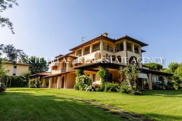 Large villa for rent in Marina di Massa with pool